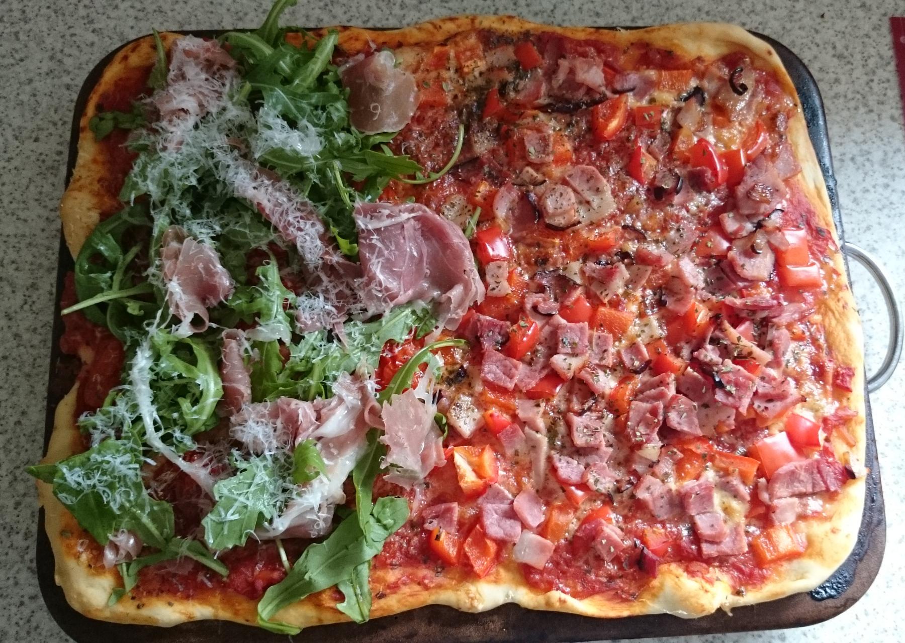Rucola-Pizza mit Serrano Schinken
