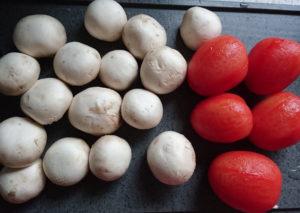 Champignons und gehäutete Tomaten
