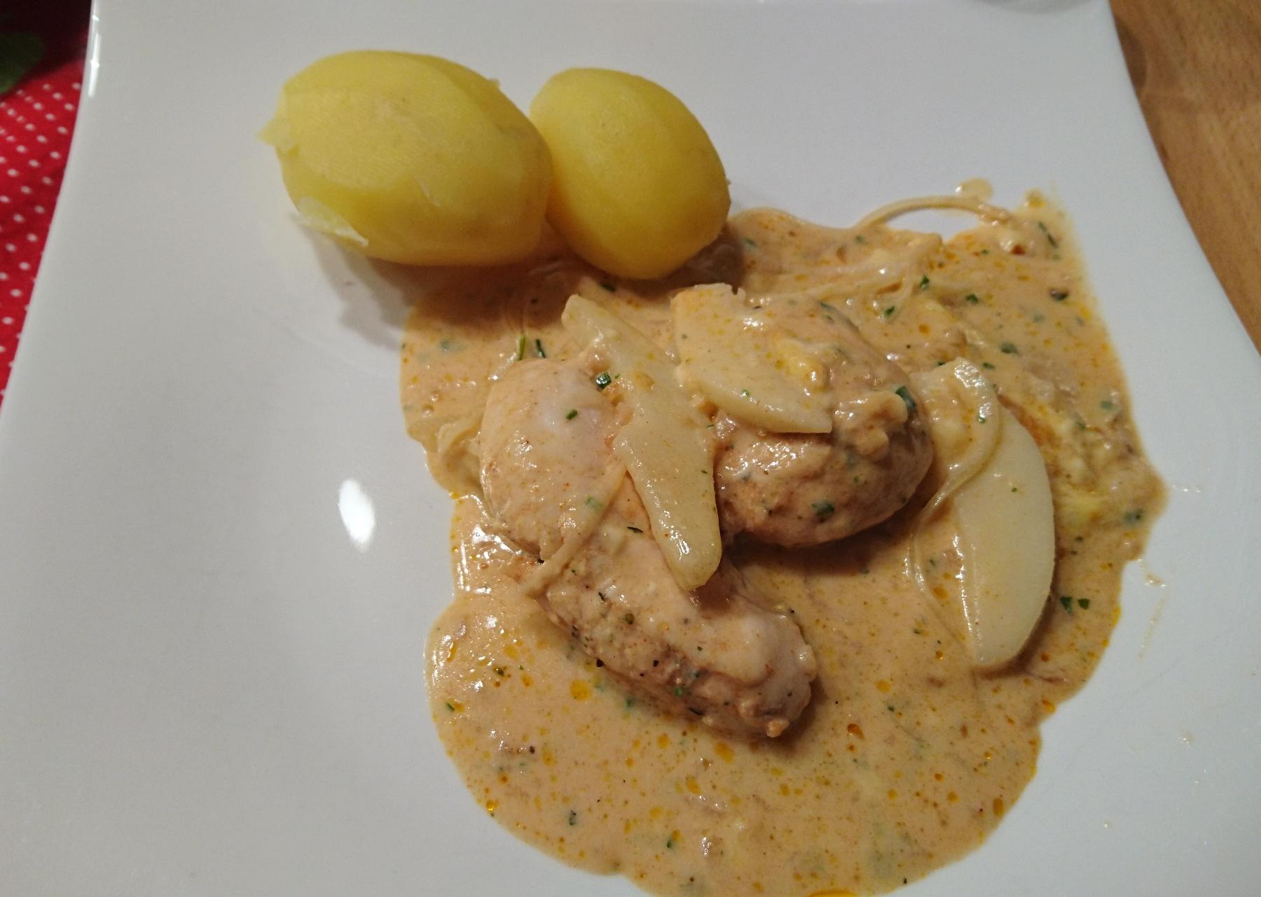 Hähnchen mit Birne und Zwiebel-Sahnesoße aus der stilvollen Ofenhexe
