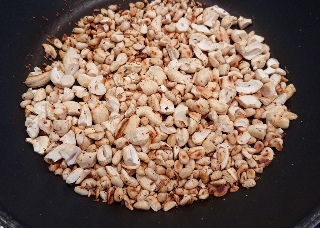 Salat Marrakesch - Pinienkerne und Cashewkerne in der Pfanne